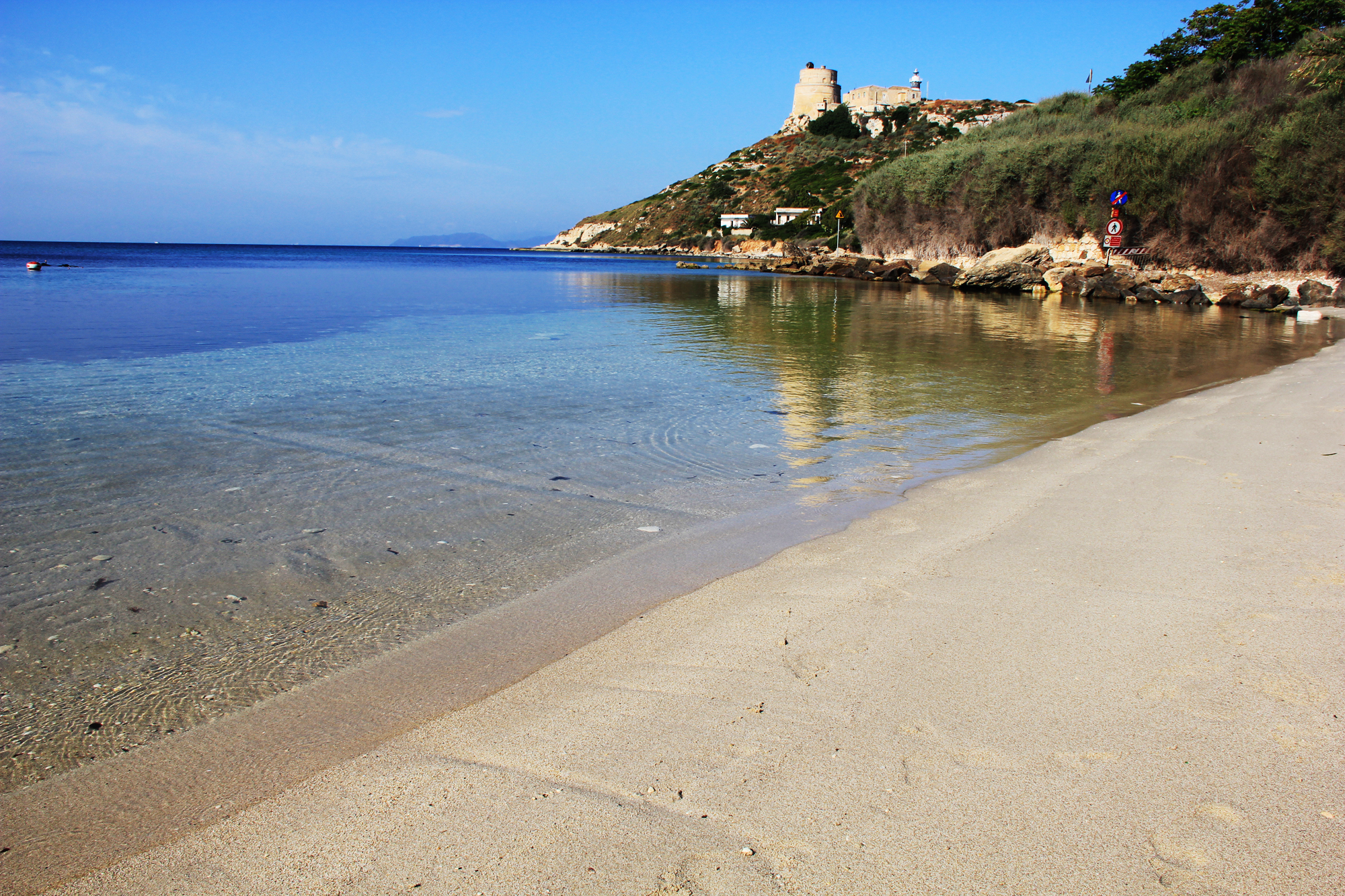 spiaggia di Calamosca con torre a cagliari