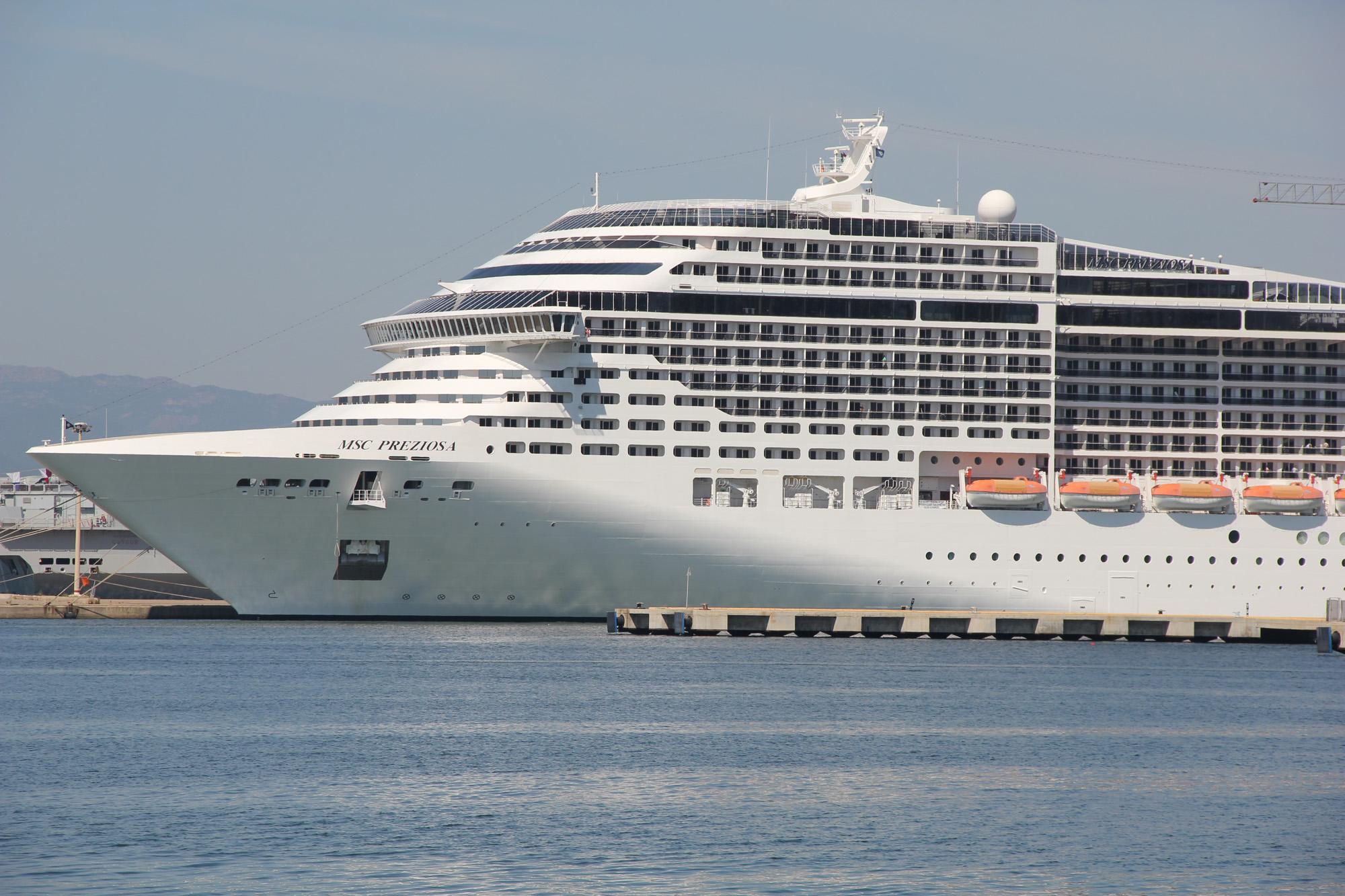 Nave in attracco al molo Ichnusa Cagliari